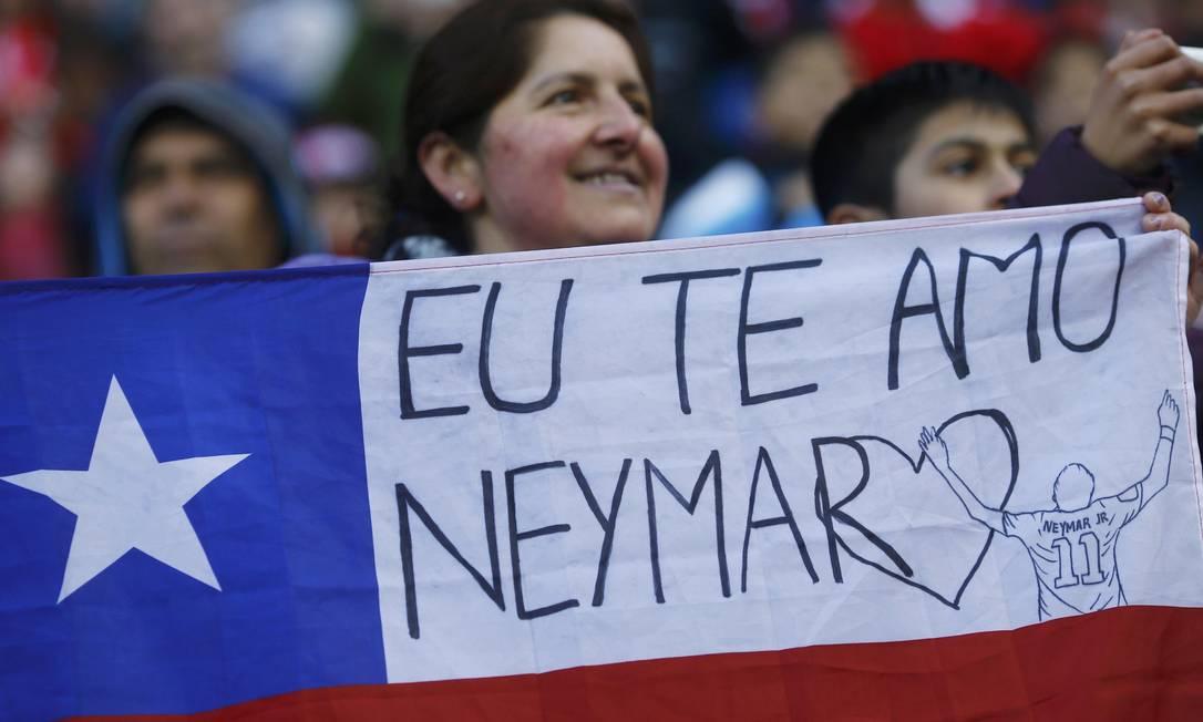 Torcedora leva bandeira chilena com apoio a Neymar RICARDO MORAES / REUTERS