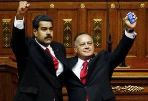O presidente Nicolás Maduro e o presidente da Assembleia Nacional da Venezuela, Diosdado Cabello, cerram os punhos em encontro: o segundo é investigado pelos EUA por tráfico de cocaína e lavagem de dinheiro. Foto: CARLOS GARCIA RAWLINS / REUTERS/19-4-2013
