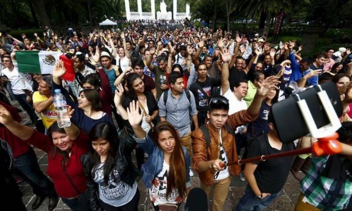 Milhares em frente monumento Niños Héroes, na Cidade do México Foto: Edgard Garrido/REUTERS