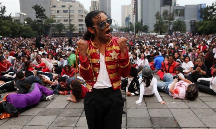 Personagem de Michael Jackson lidera coreografia Foto: Adriana Zehbrauskas/ New York Times