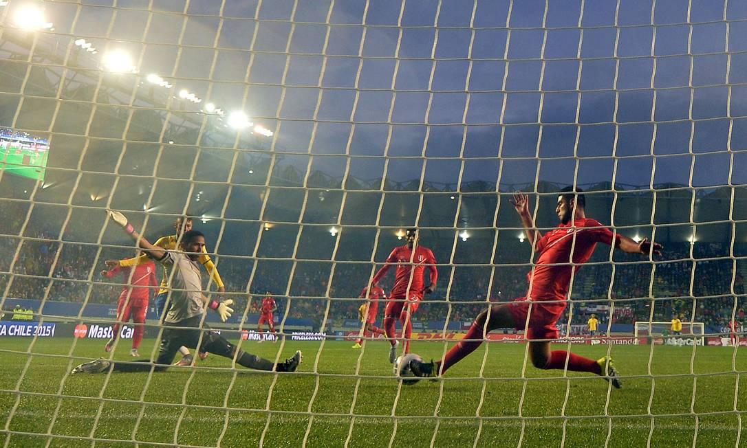 Zambrano salva chute de Neymar em cima da linha no jogo entre Brasil e Peru pela Copa América NELSON ALMEIDA / AFP