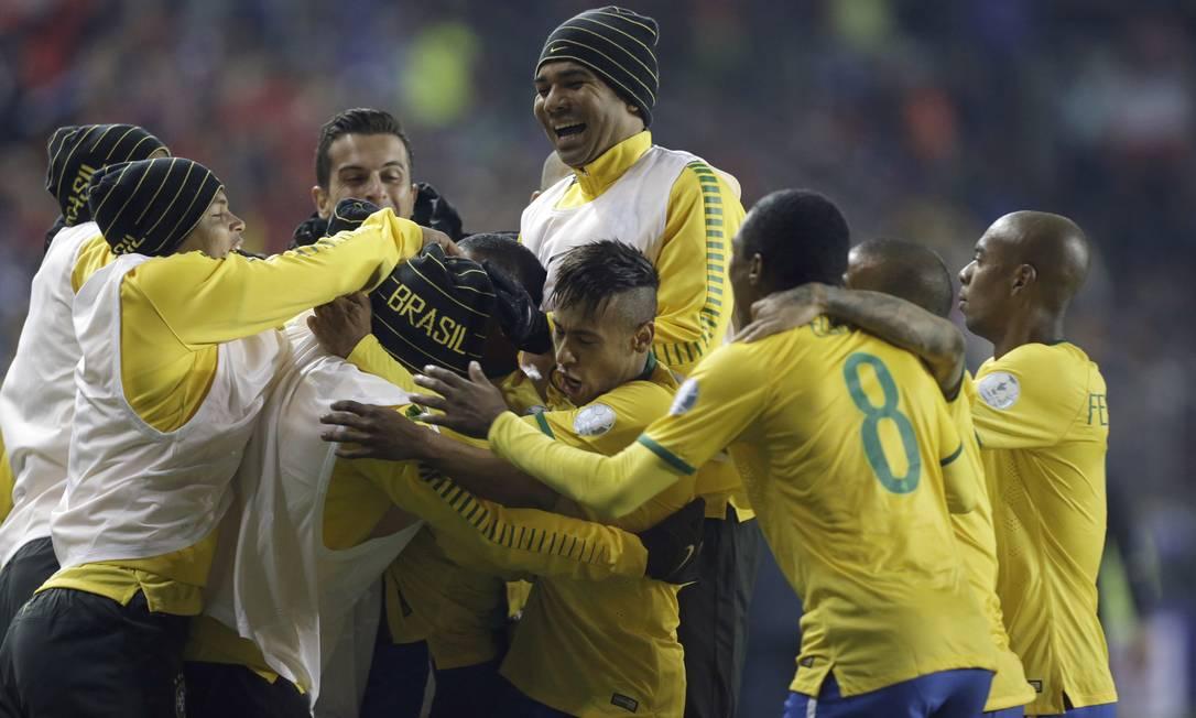 Festa dos jogadores brasileiros após o gol de Douglas Costa nos acréscimos Jorge Saenz / AP