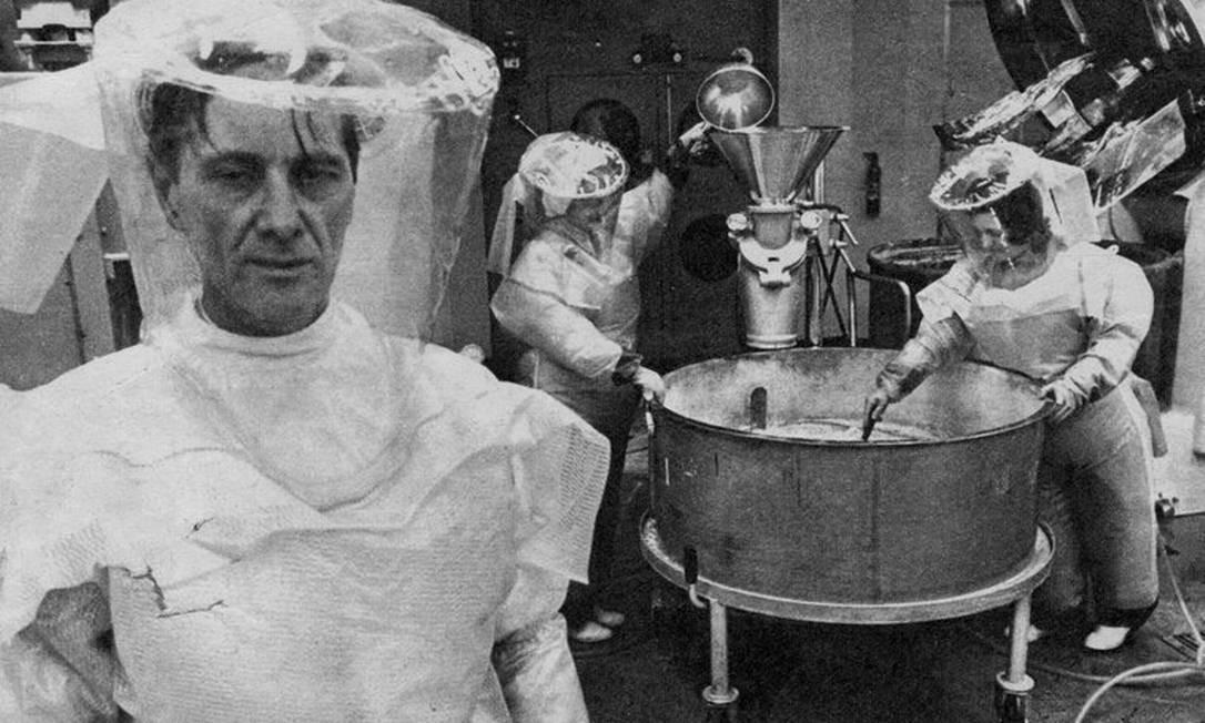 Laboratório. Cientistas trabalham na fórmula do anticoncepcional Foto: / Foto de arquivo/1972