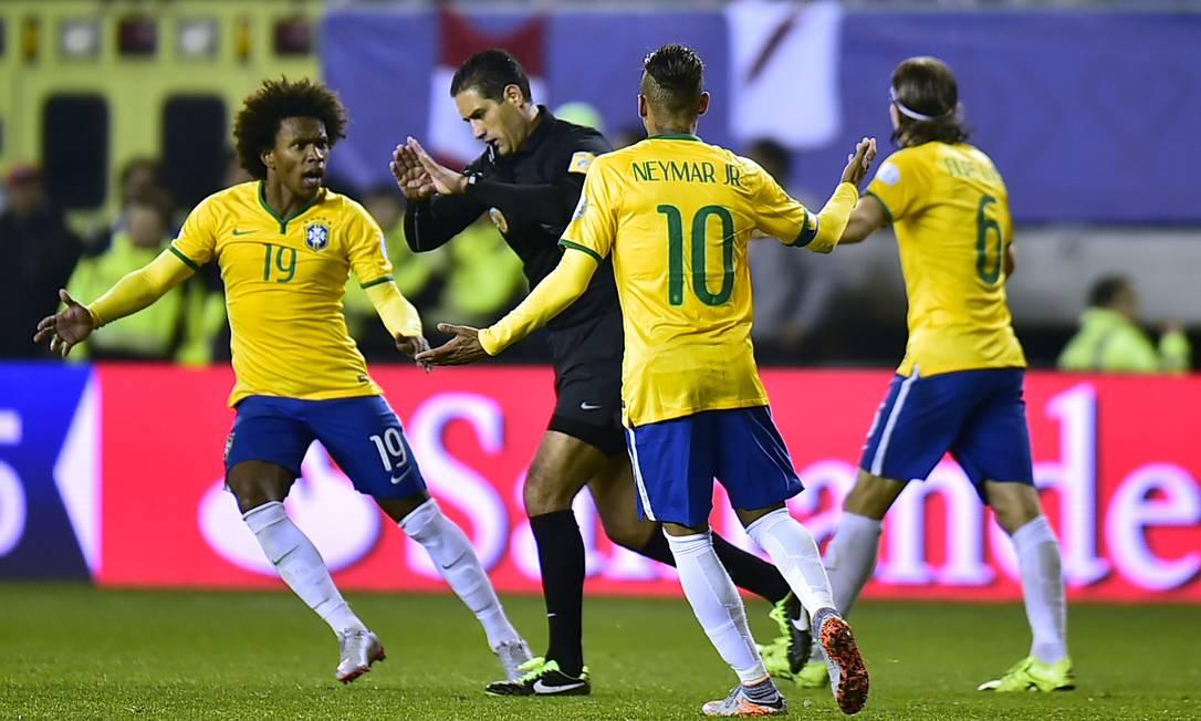 Jogadores do Brasil reclamaram muito do árbitro mexicano Roberto Garcia Orozco RODRIGO BUENDIA / AFP