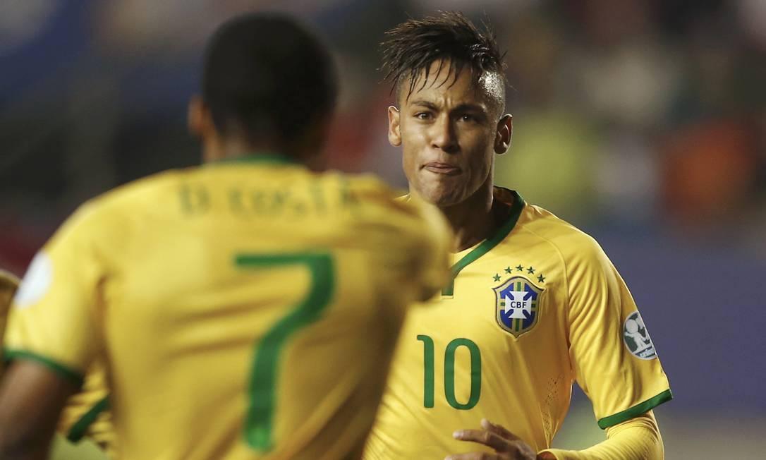Douglas Costa recebeu belo passe de Neymar para marcar o gol da vitória do Brasil sobre o Peru RICARDO MORAES / REUTERS