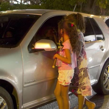 Duas irmãs, de 9 anos anos, limpam os vidros de carros para ganhar trocados em cruzamento da zona sul de Recife Foto: Hans von Manteuffel/ Agência O Globo