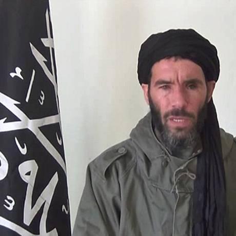 O jihadista Mokhtar Belmokhtar, em anúncio gravado em vídeo em 2013: governo líbio diz que ele está morto Foto: HO / AFP
