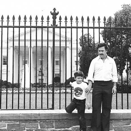 Pablo Escobar com o filho diante da Casa Branca: Juan Pablo, que vive em Buenos Aires, diz ainda sentir peso do sobrenome Foto: Acervo pessoal