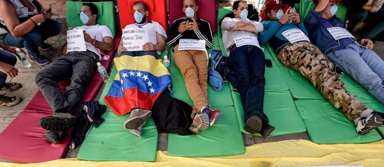 Membros do partido Vontade Popular em greve de fome em Caracas: já são mais de cem no país Foto: FEDERICO PARRA / AFP/11-6-2015