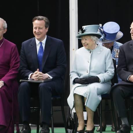 Rainha Elizabeth ao lado do primeiro-ministro David Cameron durante celebração em homenagem à magna carta Foto: STEFAN WERMUTH / REUTERS