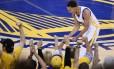 Stephen Curry (30), o principal nome do Golden State Warriors, festeja vitória sobre o Cleveland Cavaliers na quinta partida da série final da NBA