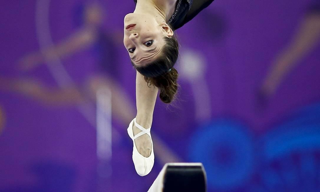 A ginasta grega Ioanna Xoulogi, durante sua apresentação na trave na prova de ginástica feminina, nos primeiros Jogos Europeus em Baku, no Azerbaijão KAI PFAFFENBACH / REUTERS
