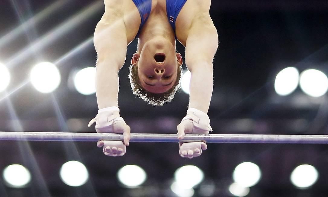 Brinn Bevan, da Grã-Bretanha, compete na barra horizontal durante prova de ginástica masculina nos Jogos Europeus, em Baku KAI PFAFFENBACH / REUTERS