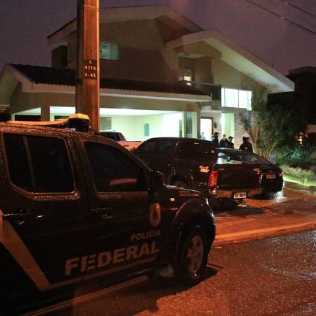 PF durante operação em uma das casas dos acusados no Paraná Foto: Divulgação/Polícia Federal