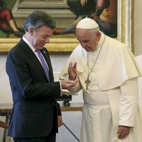 Papa Francisco oferece ajuda a presidente colombiano, Juan Manuel Santos, durante encontro no Vaticano Foto: POOL / REUTERS