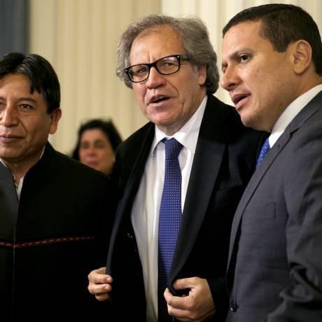 Almagro, no centro, com o chanceler boliviano, David Choquehunca, e o guatemalteco Carlos Raul Morales Moscoso: preocupação com a democracia no continente Foto: Jacquelyn Martin / AP
