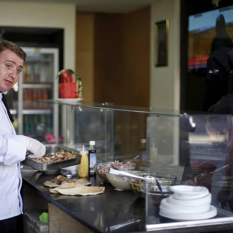 O chef sírio Wareef Hameedo prepara refeição para clientes em seu restaurante Soryana, na cidade de Gaza Foto: MOHAMMED SALEM / REUTERS