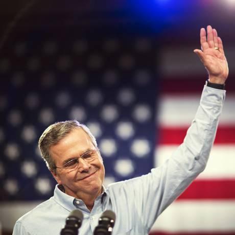 Bush acena na Miami Dade College Foto: David Goldman / AP