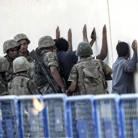 Soldatos turcos prendem homens que seriam do grupo extremista Estado Islâmico Foto: BULENT KILIC / AFP