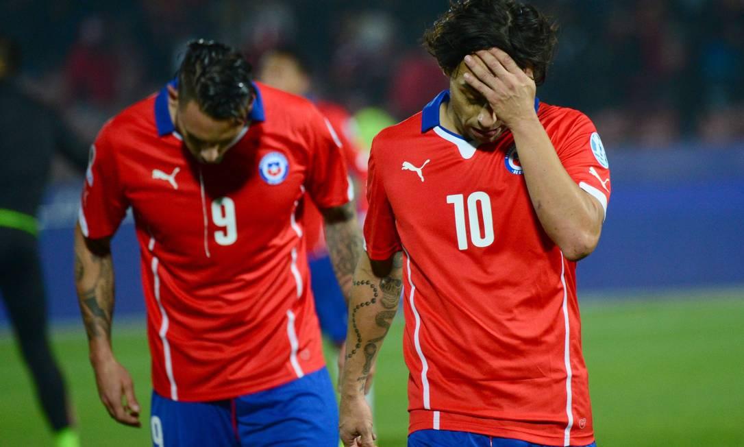 Os chilenos Pinilla e Valdivia deixam o campo após o empate com o México MARTIN BERNETTI / AFP