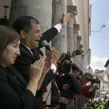 Rafael Correa discursa da sacada do palácio presidencial em Quito Foto: Dolores Ochoa / AP