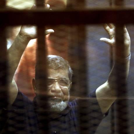 Ex-presidente egípcio Mohamed Mursi reage atrás das grades com outros membros da Irmandade Muçulmana em 16 de maio de 2015 Foto: MOHAMED ABD EL GHANY / REUTERS