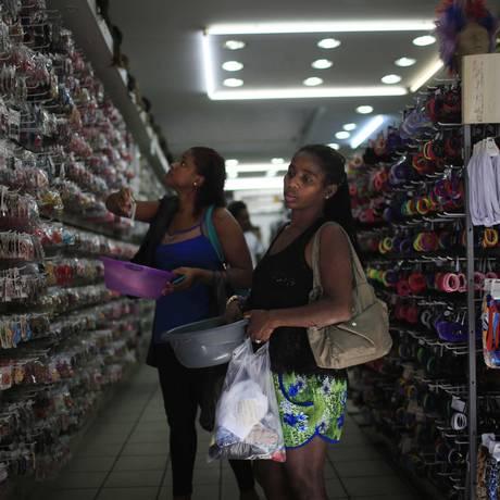 Consumidoras em loja no Centro do Rio Foto: Bloomberg News / Dado Galdieri