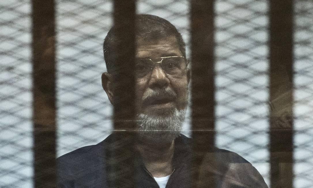 Mursi durante julgamento em 2016 Foto: KHALED DESOUKI / AFP