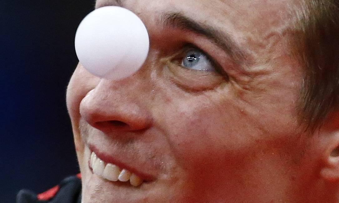 O belga Cedrik Nuytinck, olha para a bola durante partida de tênis de mesa STOYAN NENOV / REUTERS