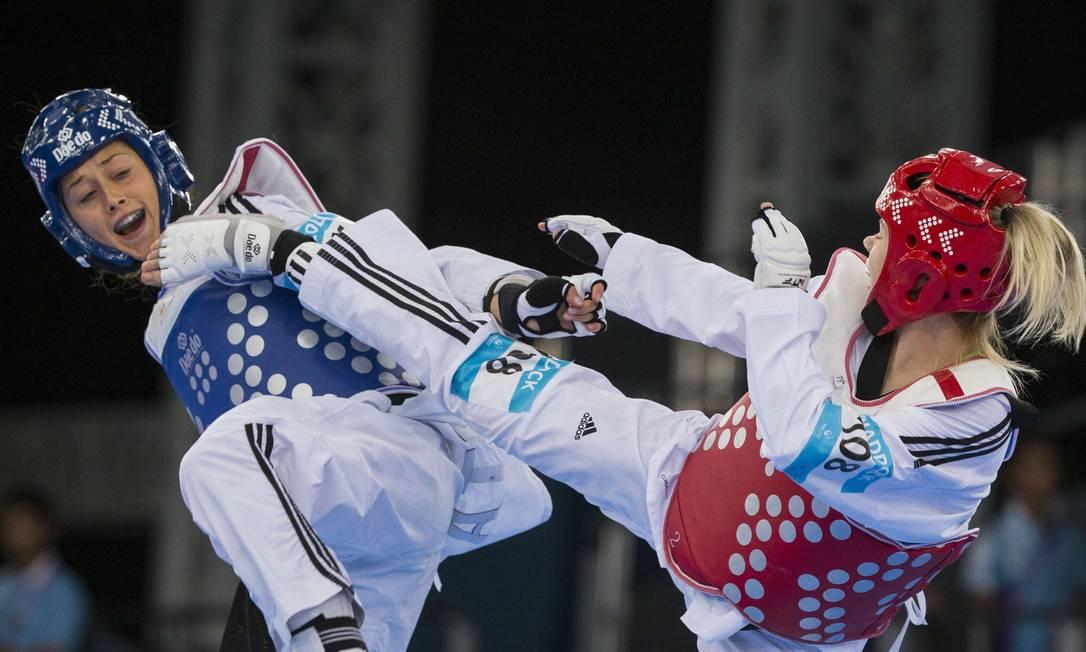 A britânica Charlie Maddock (dir) enfrenta Erica Nicoli, da Itália, na quartas de final do Taekwondo, categoria 49kg JACK GUEZ / AFP