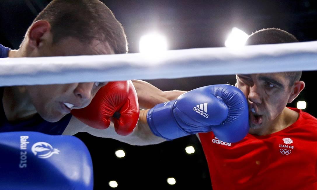 Muhammad Ali (dir), da Inglaterra, enfrenta Alexandr Riscan, da Moldávia, no boxe categoria 52Kg STOYAN NENOV / REUTERS