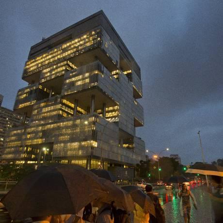 Sede da Petrobras em dia de chuva Foto: Fernando Quevedo / Agência O Globo