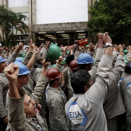 Funcionários do Estaleiro Mauá, em Niterói, protestam em frente à prefeitura Foto: Hudson Pontes / Agência O Globo