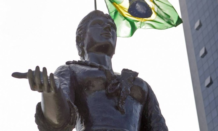 Estátua da Princesa Isabel: herdeiros até hoje brigam na Justiça pelo Palácio Guanabara, que foi a residência da princesa Foto: Luiz Ackermann / Agência O Globo