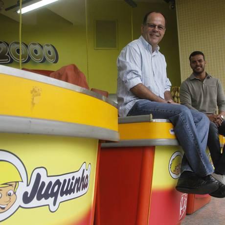 Antonio (pai) e Vitor Tanque são os novos donos da bala Juquinha Foto: Marcelo Carnaval / O Globo