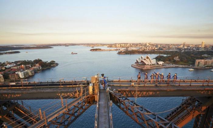 Turistas passeiam pelo topo da Harbour Bridge, a 134 metros acima do nível do porto. Foto: Divulgação