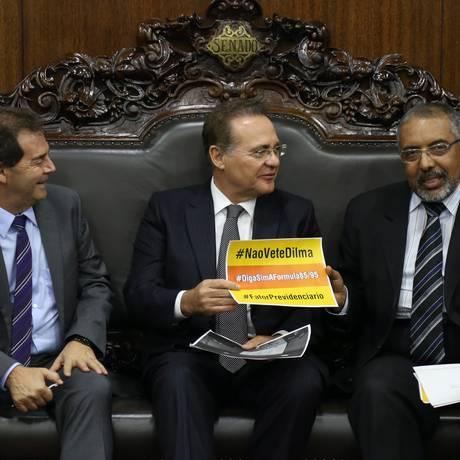 O presidente do Senado, Renan Calheiros (PMDB-AL), com o senador Paulo Paim (PT-RS) e com o deputado Paulinho da Força (Solidariedade-SP) Foto: Ailton de Freitas