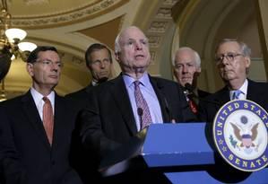 Os senadores John McCain e Mitch McConnell comentam a votação que baniu o uso de tortura em interrogatórios Foto: REUTERS / JONATHAN ERNST