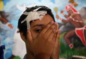 Kaylane, de 11 anos, está com medo de vestir indumentária de sua religião em público após levar uma pedrada na cabeça depois de sair de uma festa de candomblé Foto: Guilherme Pinto / Agência O Globo