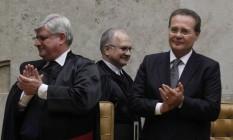 Luiz Edson Fachin passa atrás de Rodrigo Janot (procurador-geral) e Renan Calheiros (presidente do Senado) para tomar posse como ministro do STF Foto: Givaldo Barbosa / Agência O Globo