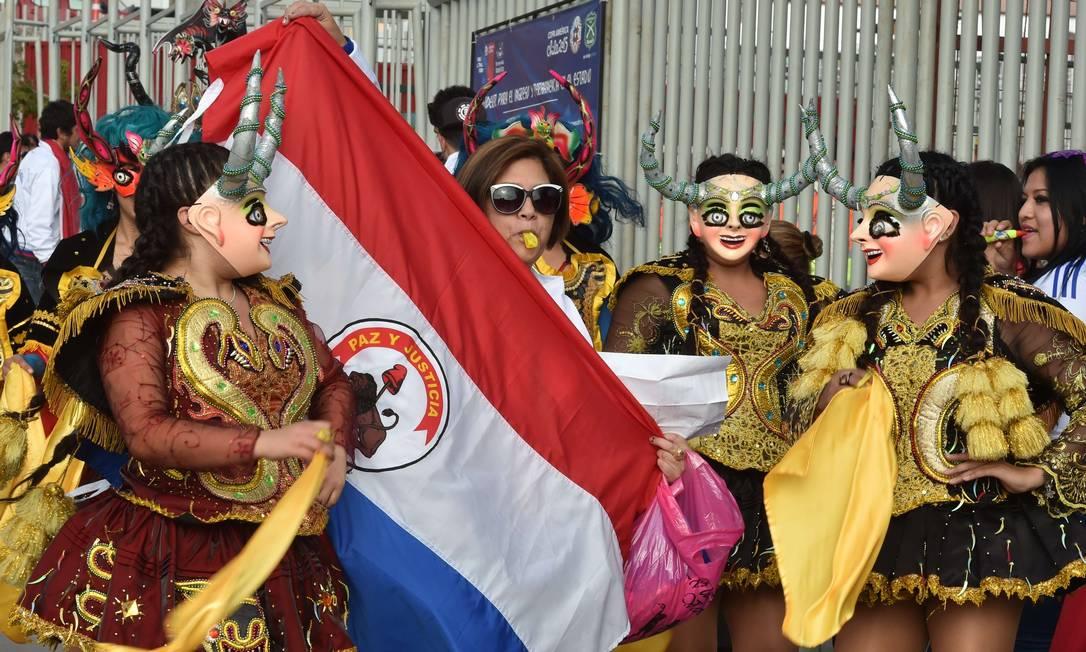Torcedora exibe a bandeira paraguaia na Copa América YURI CORTEZ / AFP