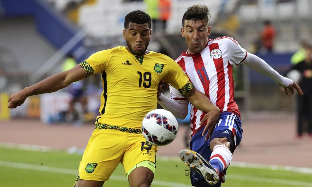 Jamaicano Mariappa e o paraguaio Benitez disputam a bola JORGE ADORNO / REUTERS