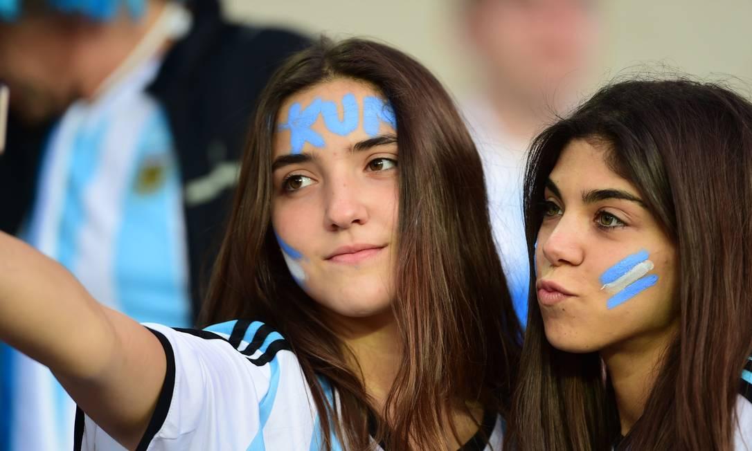 Torcedoras da Argentina na espera pela partida contra o Uruguai MARTIN BERNETTI / AFP
