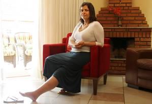 Rita de Souza Marqui exibe a perna com linfedema, problema de saúde que tenta tratar pelo plano desde fez a cirurgia de retirada de tumor do ovário, em 2013 Foto: Michel Filho