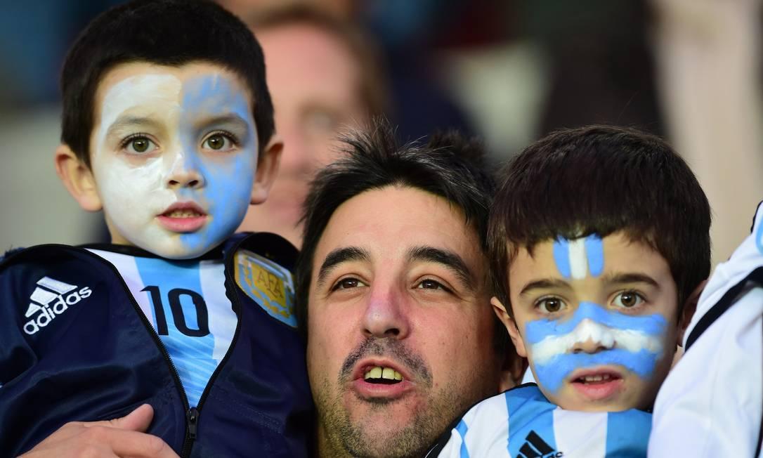 Família que torce unida...vai ao jogo da Argentina unida MARTIN BERNETTI / AFP