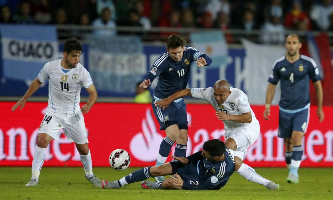 Messi e Pastore disputam a bola com Arévalo-Rios HENRY ROMERO / REUTERS