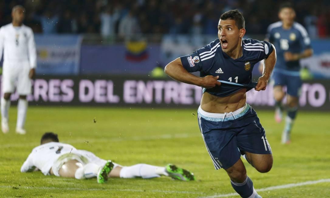 Agüero comemora o gol que abriu o placar para a Argentina contra o Uruguai MARCOS BRINDICCI / REUTERS