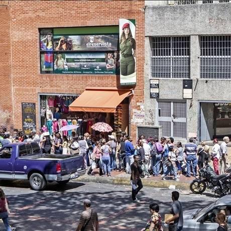 Moradores de Caracas enfrentam longas filas debaixo de sol devido à escassez de bens no país Foto: V. Marcano / La Nación/GDA
