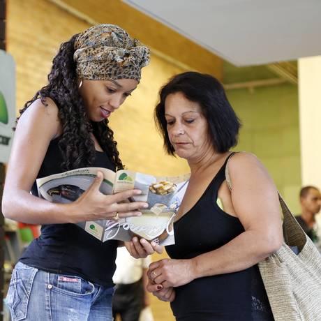 Raquel Péricles e Cristina Miguez comparam preços em diversos supermercados antes de comprar Foto: Agência O Globo