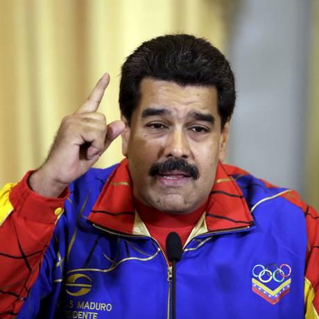 No Palácio de Miraflores, em Caracas, o presidente da Venezuela, Nicolás Maduro, discursa depois de entregar a bandeira nacional a uma delegação venezuelana que irá participar dos Jogos Pan-Americanos de 2015 Foto: JORGE DAN LOPEZ / REUTERS